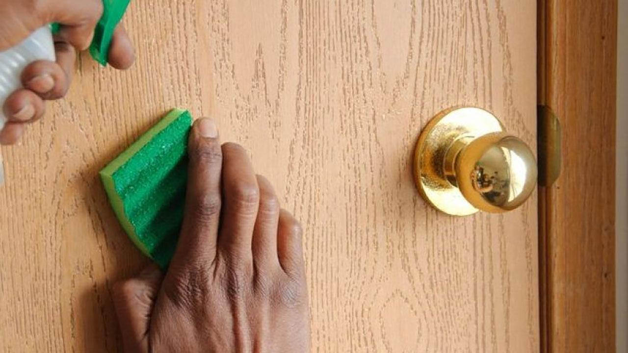 تمیز کردن درب فلزی